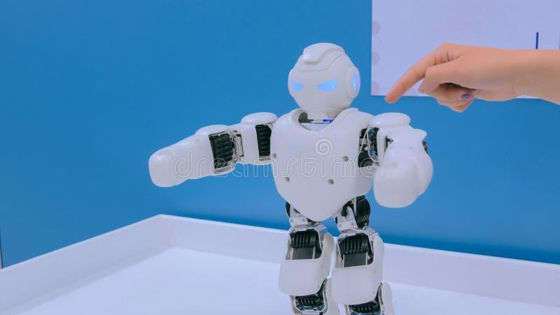 Weißes humanoid Robotertanzen stockfotografie