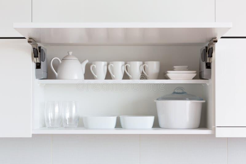 Weißes Küchengeschirr stockbild