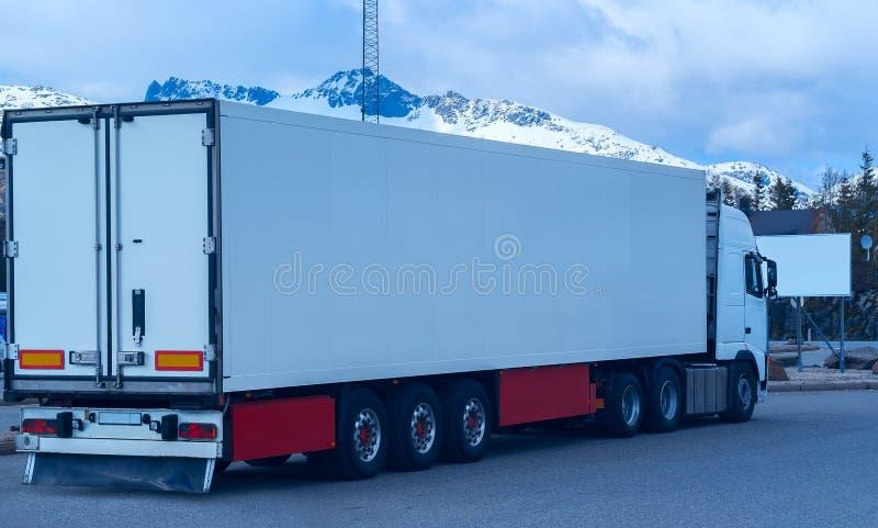 Weißes Kühlfahrzeug stockbild