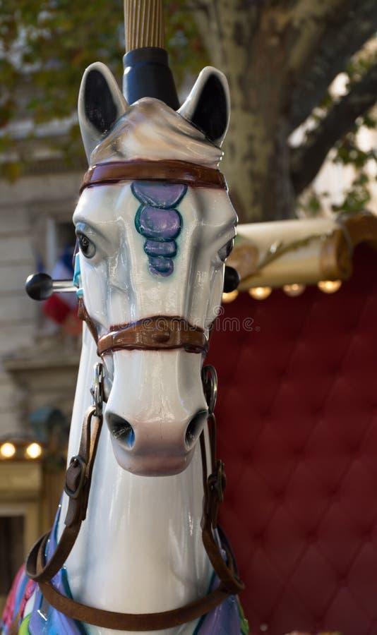 Weißes Karussell-Pferd auf einem fröhlichen gehen Runde in Avignon lizenzfreie stockfotografie
