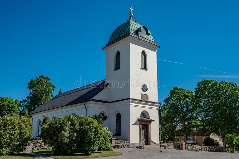 Weißes Kirchengebäude machte vom Stein im Sommersonnenschein stockbild