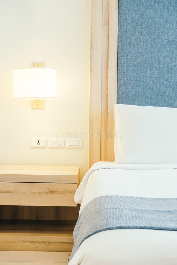 Weißes Kissen auf Bett stockfoto