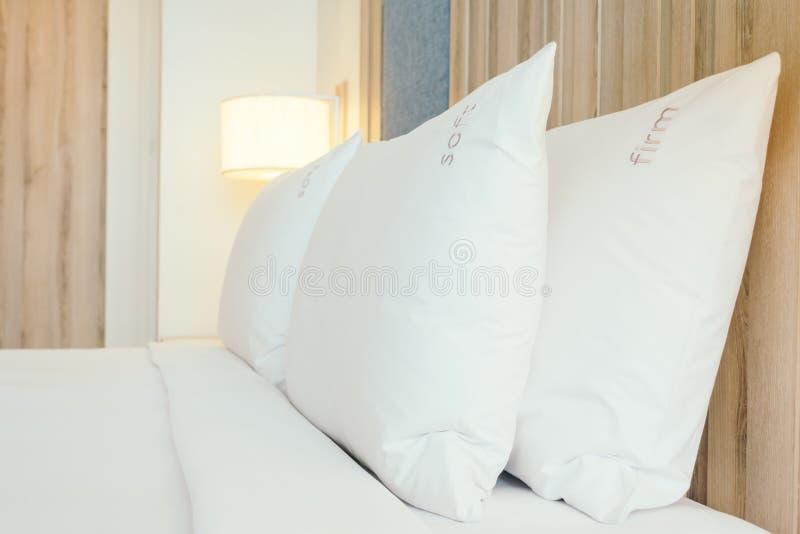 Weißes Kissen auf Bett stockfotografie
