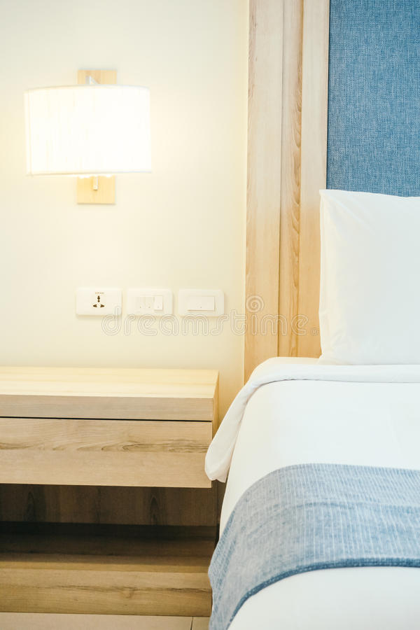 Weißes Kissen auf Bett lizenzfreie stockbilder