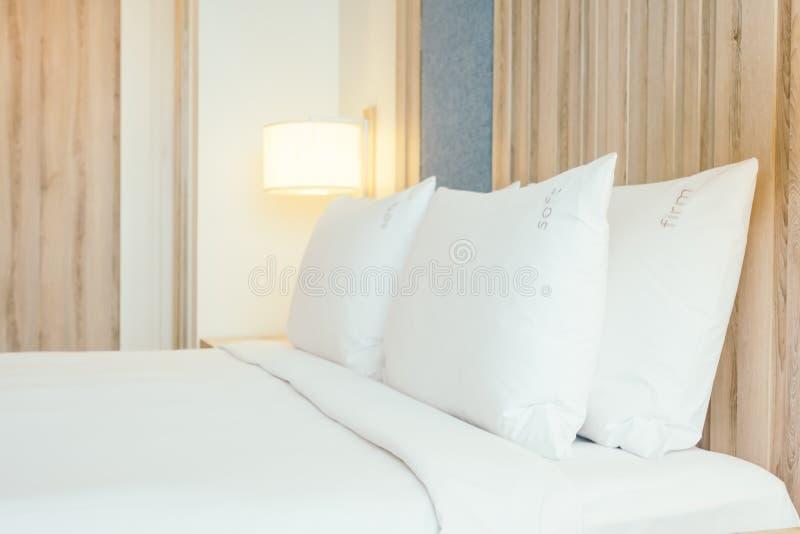 Weißes Kissen auf Bett lizenzfreies stockfoto