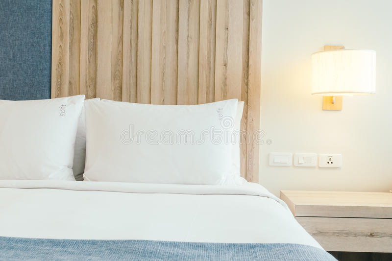 Weißes Kissen auf Bett lizenzfreie stockfotos