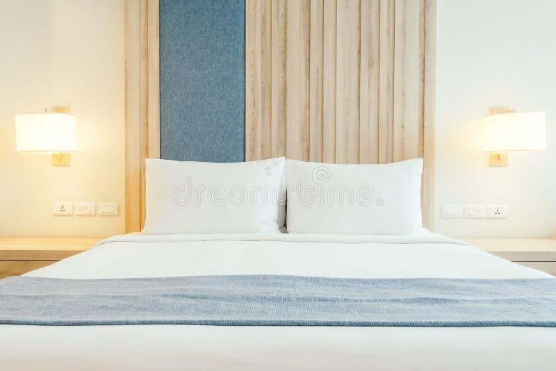 Weißes Kissen auf Bett lizenzfreie stockfotografie