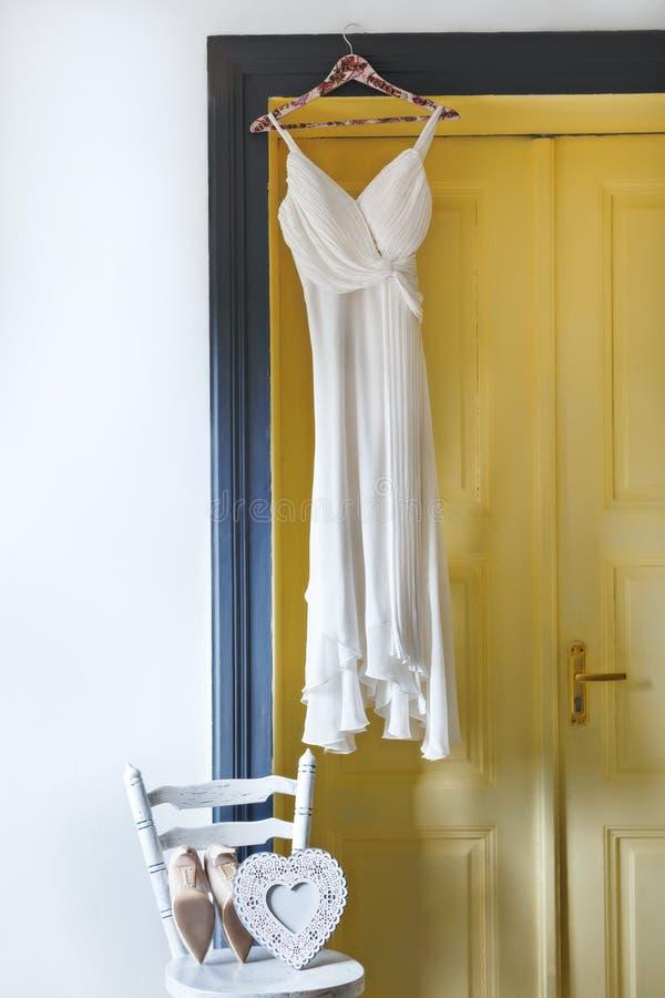 Weißes Kleid, das an der Klammer hängt lizenzfreies stockfoto
