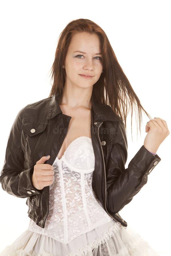 Weißes Kleiderspiel mit Haarlederjacke lizenzfreie stockfotos