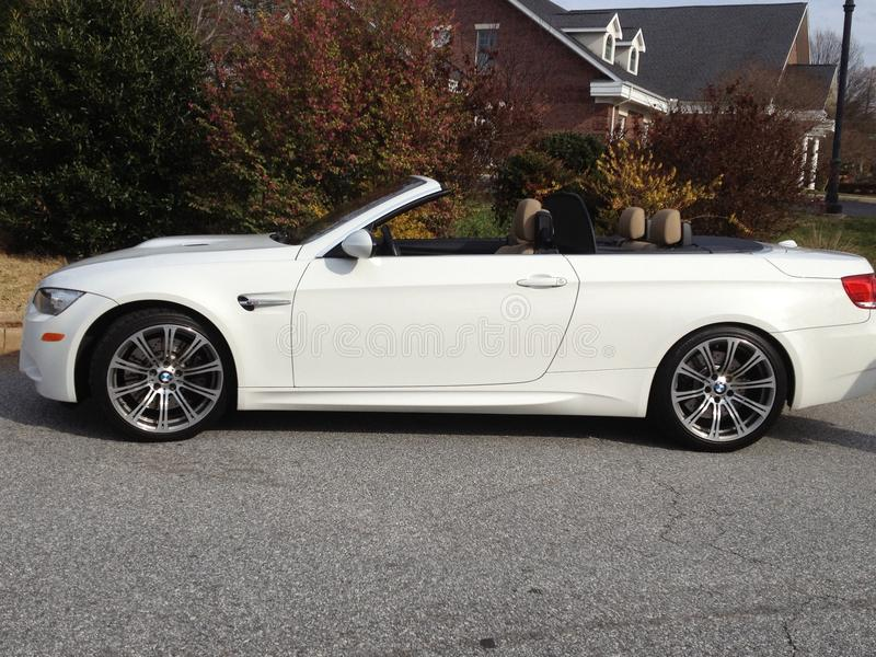 Weißes konvertierbares Auto lizenzfreies stockfoto