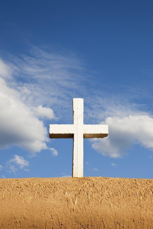 Weißes Kreuz auf Adobe-Wand lizenzfreie stockfotografie
