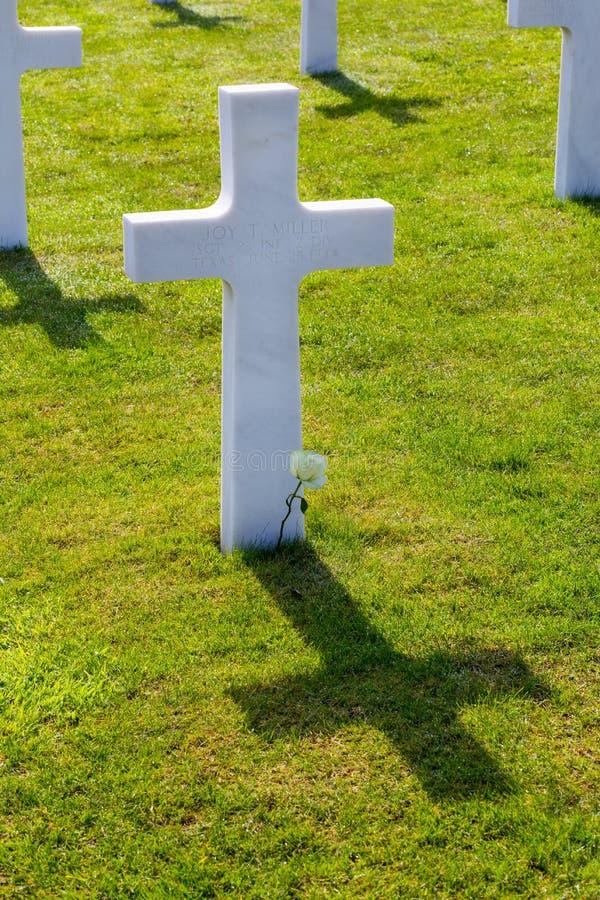 Weißes Kreuz des amerikanischen Kirchhofs und des Denkmals Normandies des Zweiten Weltkrieges stockbilder