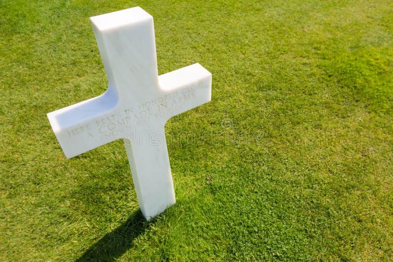 Weißes Kreuz für einen unbekannten Soldaten am amerikanischen Kirchhof in Colle stockfotografie