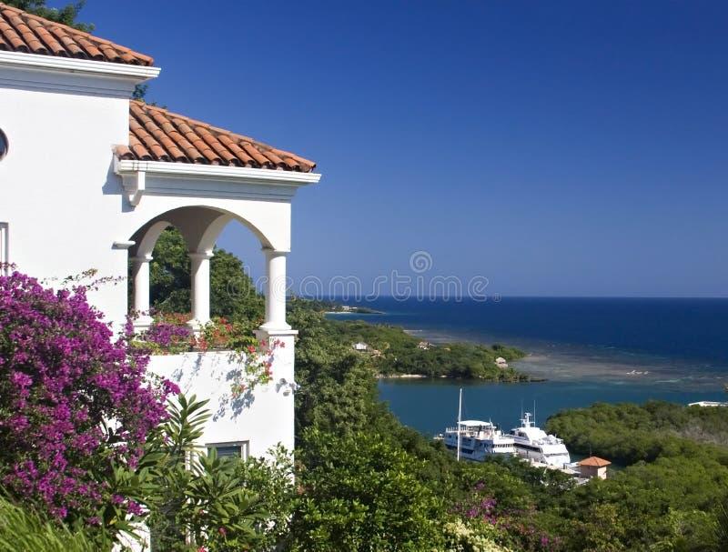 Weißes Landhaus über dem Ozean lizenzfreies stockfoto