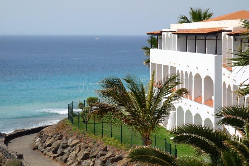 Weißes Landhaus durch den Ozean lizenzfreies stockfoto