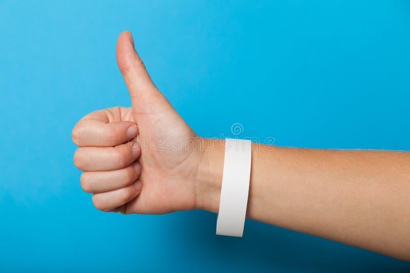 Weißes leeres Armband an Hand Einbrennende Manschette des Musikfestivals, klebender Papierzusatz stockfotografie
