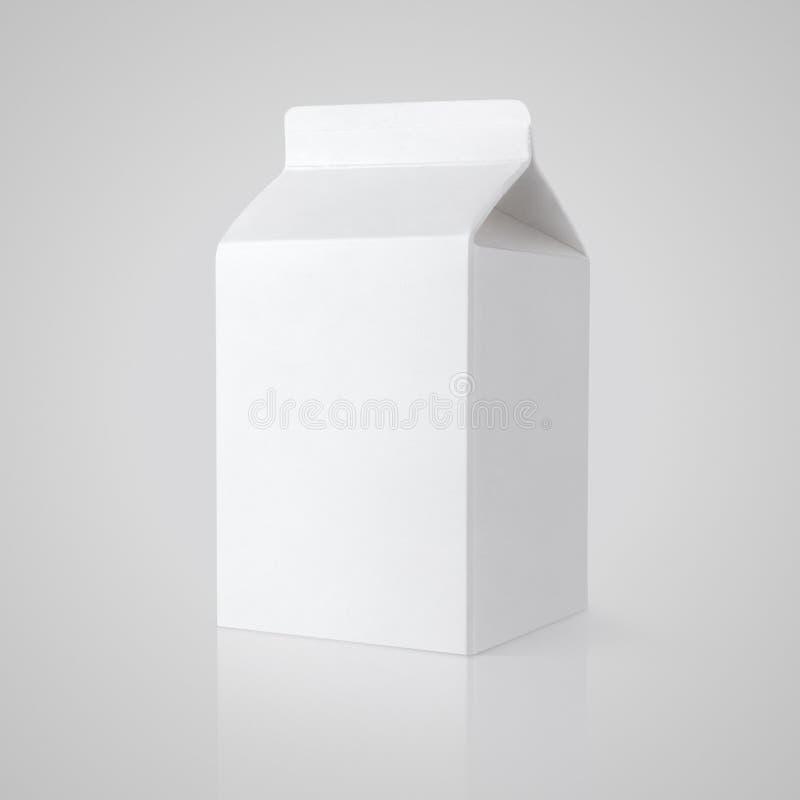 Weißes leeres Milchkartonpaket auf Grau stockfotografie