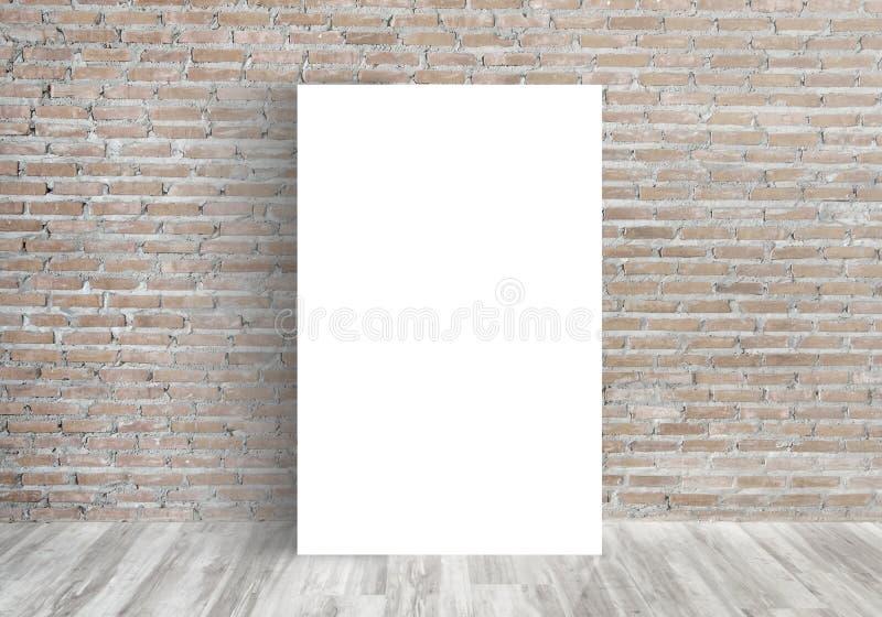 Weißes leeres Plakat in der alten Backsteinmauer stockfotografie