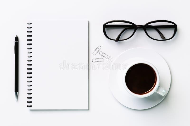 Weißes leeres Tagebuch und Kaffeetasse lizenzfreies stockfoto