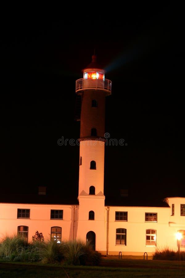 Weißes Leuchtturm-Gebäude nachts. stockfotos