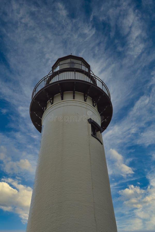 Weißes Leuchtturm von unten lizenzfreie stockfotos