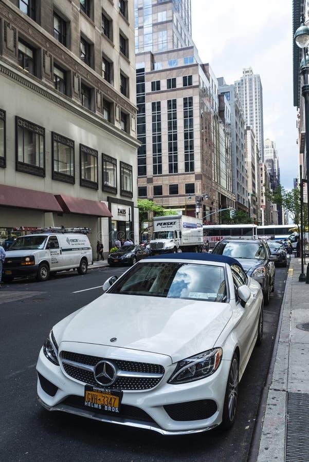 Weißes Luxusauto in Manhattan, New York City, USA stockbilder