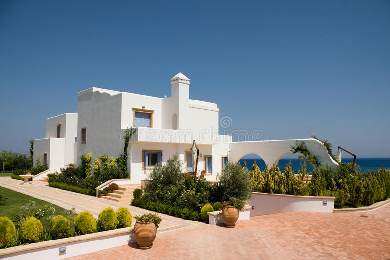 Weißes Luxuxhaus über Meer lizenzfreies stockfoto