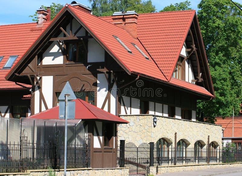 Weißes Luxuxhaus mit einem Dach der roten Fliesen stockfotos