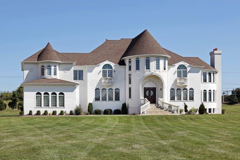 Weißes Luxuxhaus mit vorderem Drehkopf stockbilder
