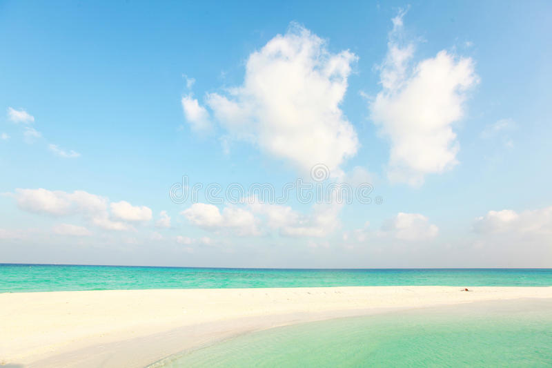 Weißes maledivisches Paradies des Strandes sonniger Tages lizenzfreies stockfoto