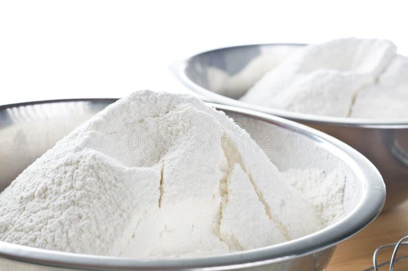 Weißes Mehl in der Schüssel lizenzfreie stockbilder