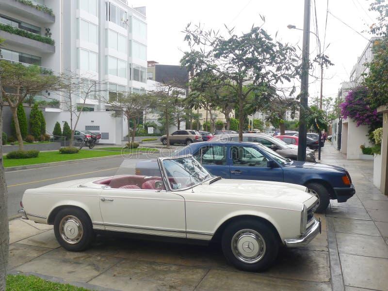 Weißes Mercedes-Benz 230 SL geparkt in Lima lizenzfreie stockfotografie