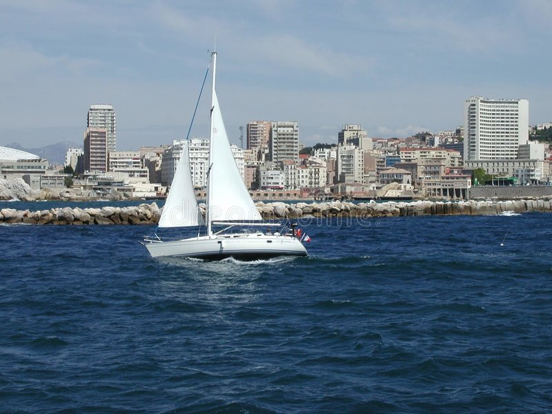 Weißes Mittelmeerboot lizenzfreies stockfoto