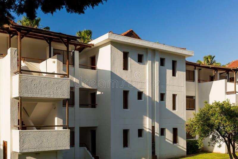 Weißes Motelgebäude in der Türkei lizenzfreie stockfotografie