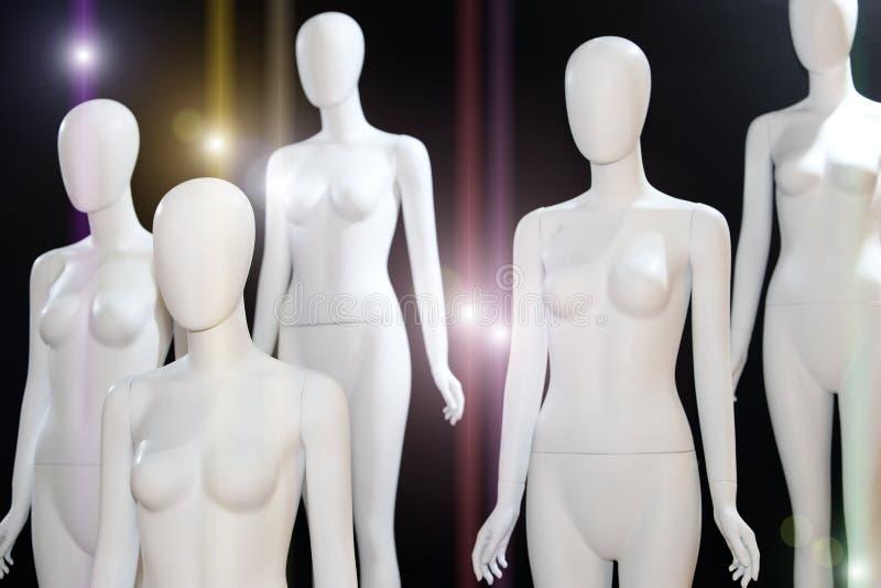 Weißes nacktes Mannequin über schwarzem Hintergrund stockfotografie