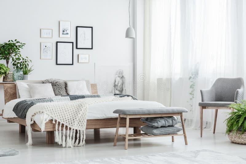 Weißes natürliches Schlafzimmer mit Galerie lizenzfreies stockfoto