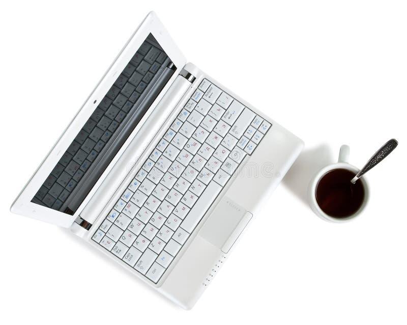 Weißes netbook mit Draufsicht des Kaffees lizenzfreie stockfotos