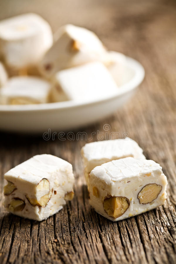 Weißes Nugat mit Mandeln stockbilder