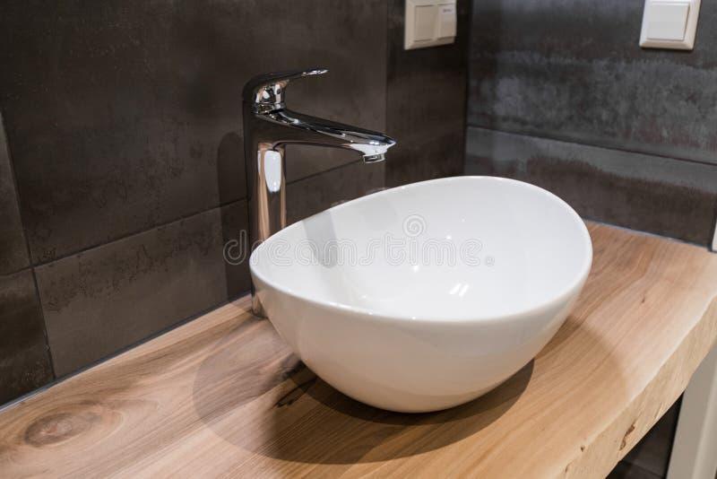 Weißes oberstes keramisches Waschbecken mit glattem Metallmischer lizenzfreie stockbilder