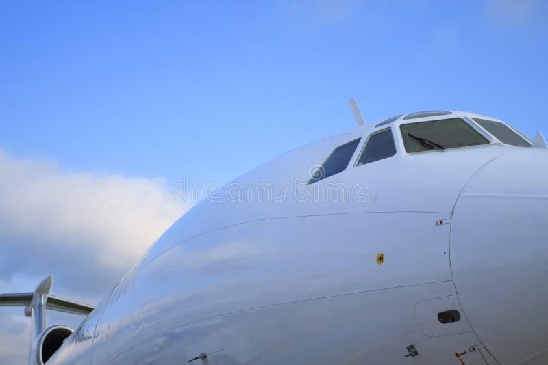 Weißes passanger Flugzeug stockfoto