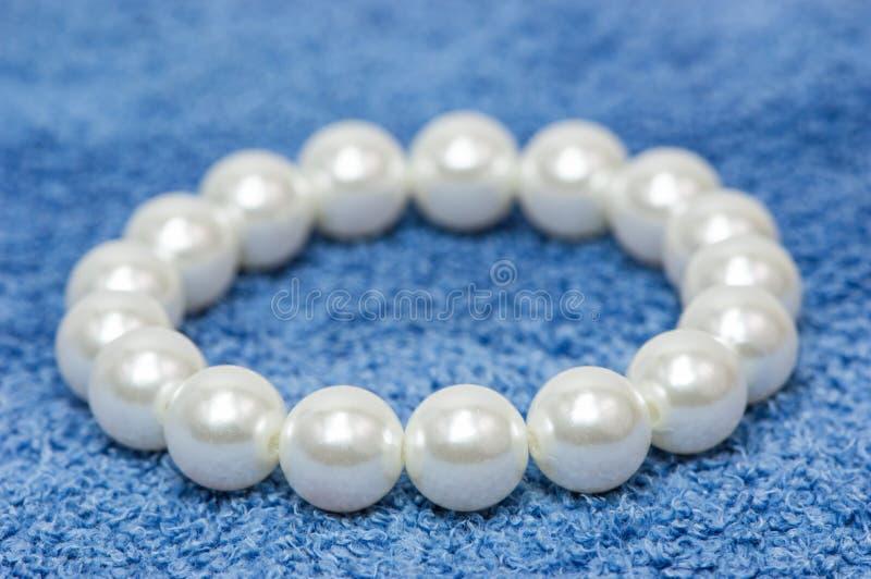 Weißes Perlenarmband stockbilder