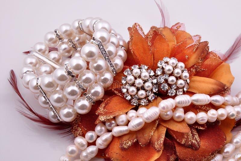 Weißes Perlenarmband des Schmucks mit Ohrringen stockfoto