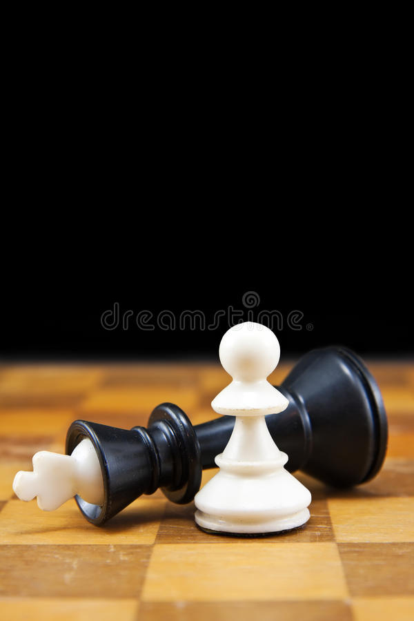 Weißes Pfand gewinnt den schwarzen König lizenzfreies stockfoto