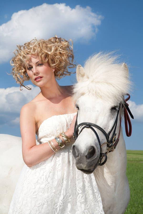 Weißes Pferd und blonde Schönheit lizenzfreie stockbilder