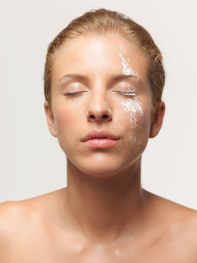 Weißes Puder der Schönheitsportrait-Frau auf Gesicht stockbilder