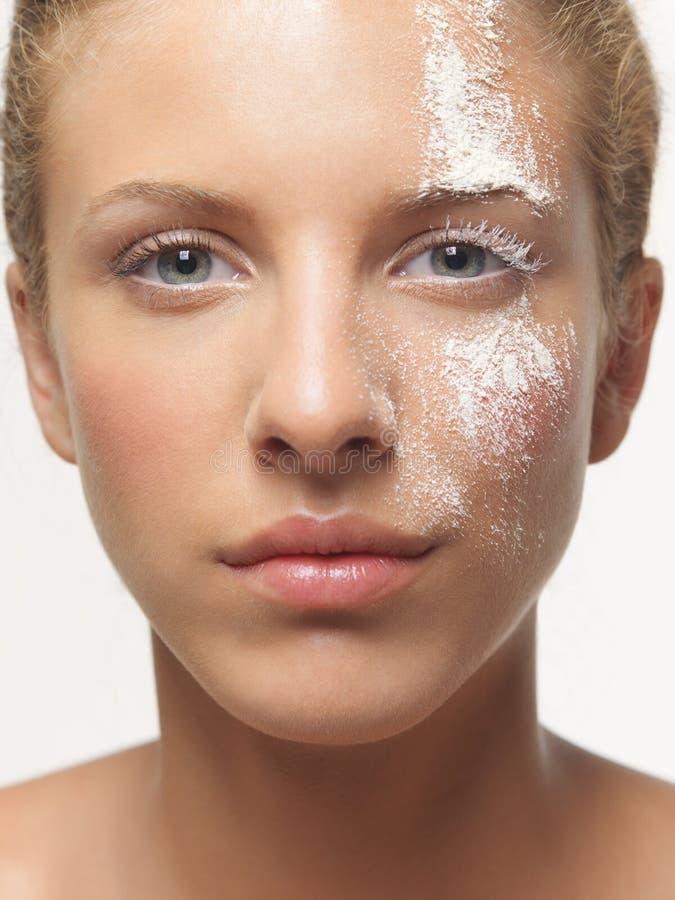 Weißes Puder der Schönheitsportrait-Frau auf Gesicht lizenzfreies stockbild