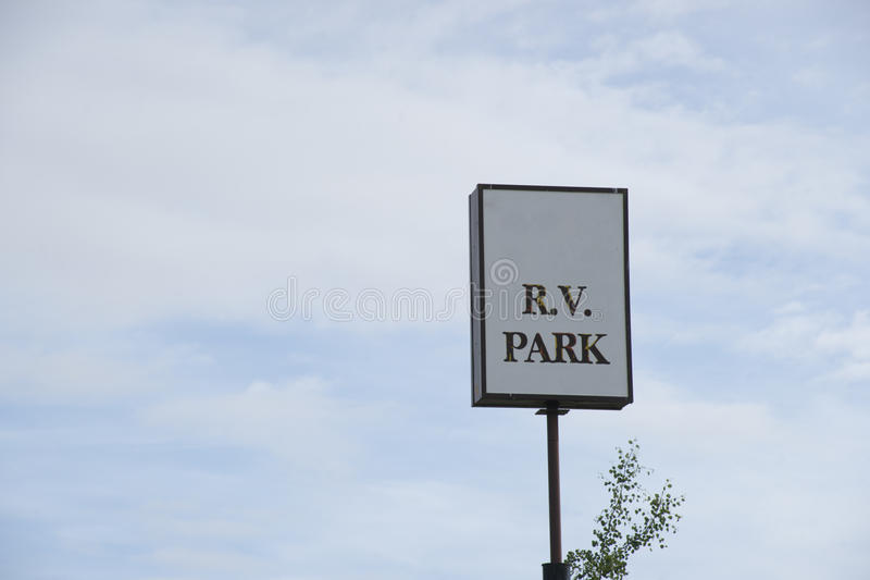 Weißes R V Parkzeichen stockbild