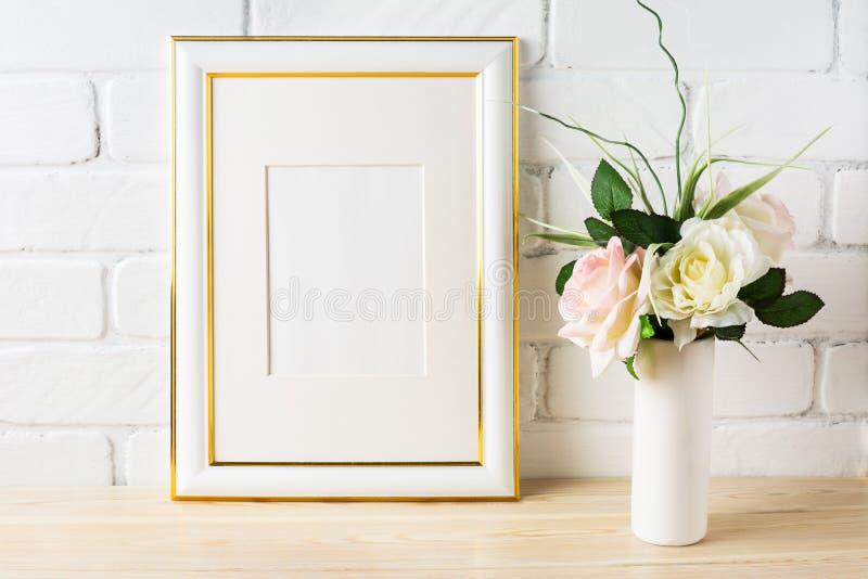 Weißes Rahmenmodell mit blassem - rosa Rosen im Vase stockbild
