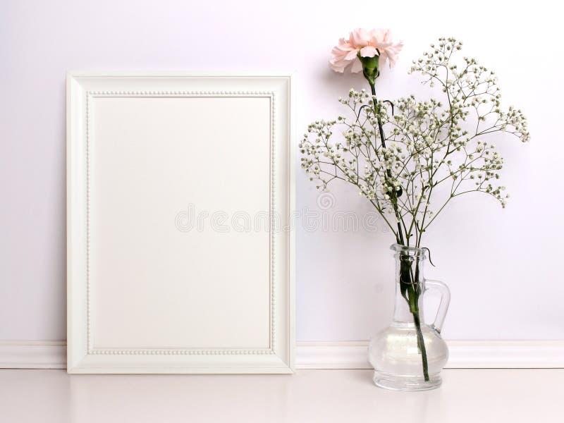 Weißes Rahmenmodell mit Blumen lizenzfreie stockfotografie
