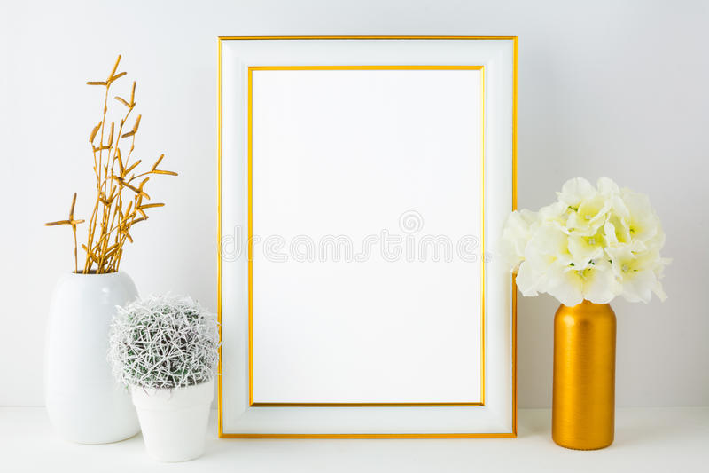 Weißes Rahmenmodell mit kleinem Kaktus lizenzfreies stockfoto